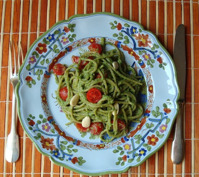 Pesto estivo con sedano fresco e pomodorini