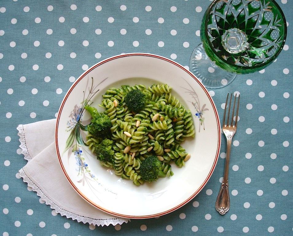 Pasta con broccoli e pesto di prezzemolo