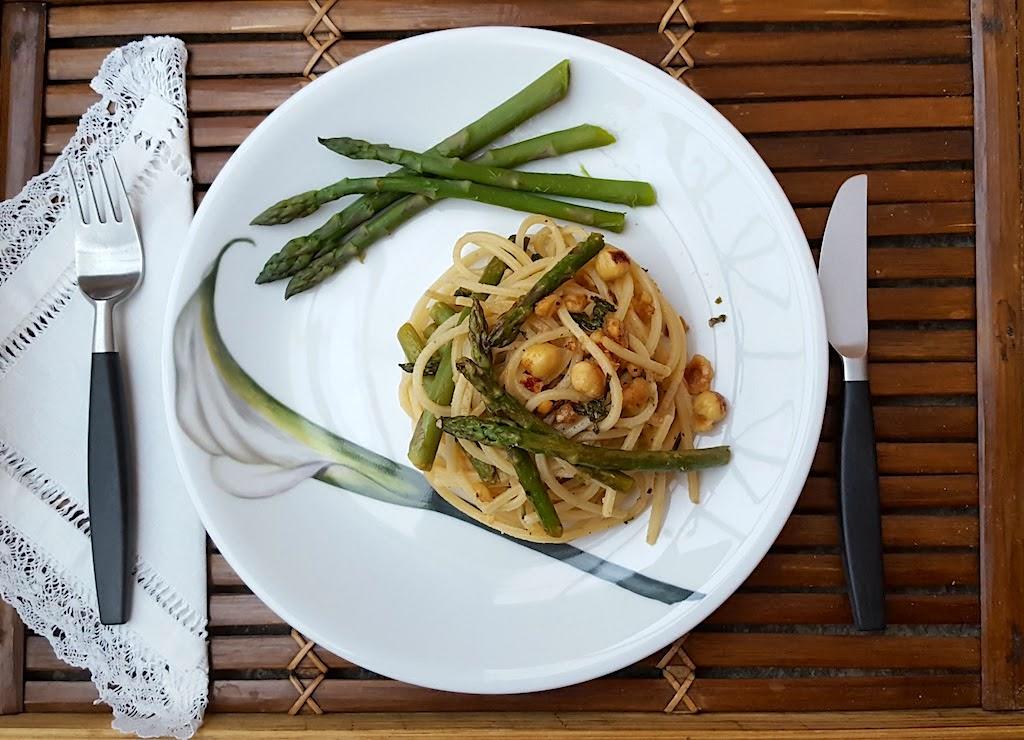 Spaghetti con asparagi, salvia e nocciole tostate