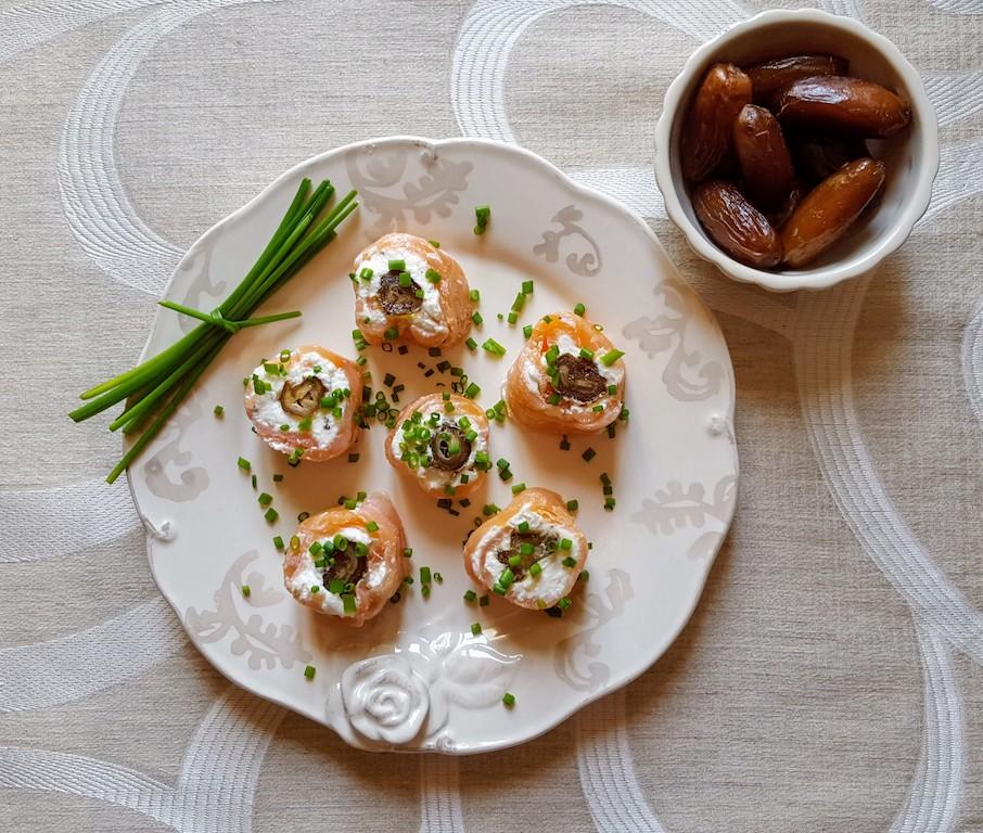 Rotolini di salmone affumicato con formaggio di capra e datteri